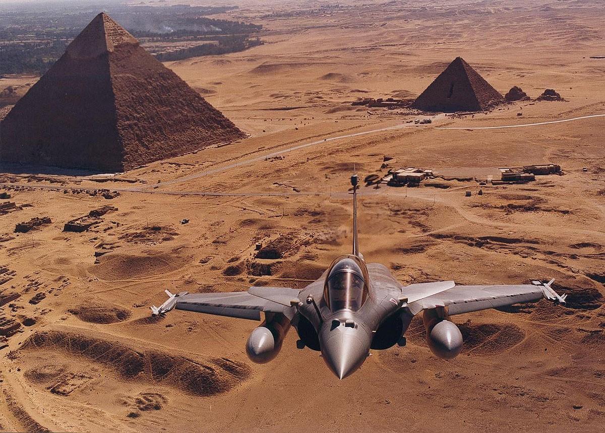 باريس والقاهرة على وشك الإتفاق على 24 مقاتلة رافال وفرقاطة فريم - صفحة 2 Rafal-pyramide-er07j