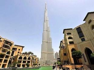 A Dubaï, la plus haute tour du monde a atteint son sommet
