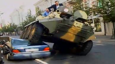 le maire écrase les voitures mal garées avec un tank