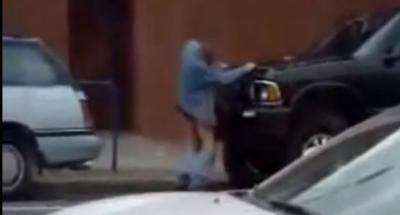Un homme surpris en train de faire l'amour à une voiture