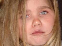 Shanna atteinte de neuroserpine ( maladie rare )