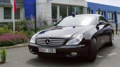Des gendarmes roule en coupé Mercedes confisqué à un chauffard