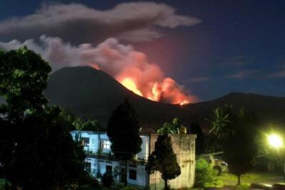 Un volcan indonésien entre en éruption