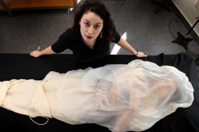 Une styliste crée des vêtements personnalisés pour les morts