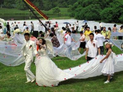 La plus longue robe de mariée du monde.