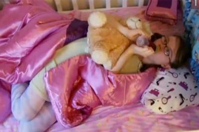 Une femme de 25 ans se prend pour un bébé