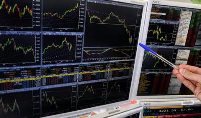 les banques replongent, le CAC sous les 3.000 points