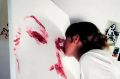 Natalie Irish peint un chef d'oeuvre avec ses lèvres