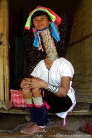 La femme qui à le plus long cous du monde ( femmes girafe )